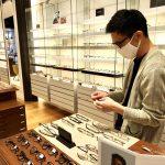【スタッフインタビュー】初めてメガネを作ってから10年、僕はその店の店員になりました(前編)