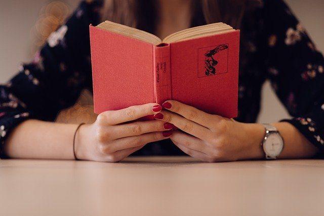 読書の秋にも!インドアで快適に過ごすメガネ