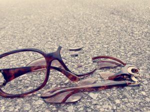 メガネが壊れた、曲がった、折れた…トラブル対応はどうしたらいい?
